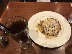 ホテルに戻ったら、アフタヌーンティータイムなので、一品だけ注文。 人気ナンバーワンだという「Pancakes with Nutella(15.95A$)」を注文しました。美味しかったけれど、「パンケーキにヌテラ」という想像どおりの味すぎて、もっと珍しいものを注文すれば良かったかなと思いました。