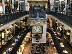 そして、天井から吊り下げられている仕掛け時計。こちらも素晴らしいです。時計は2つあって、こちらは北側の時計。世界最大の吊り時計なのだとか。