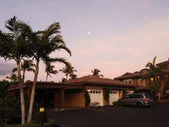 早朝のハワイ島ワイコロア。 コンドミニアムからの空。 月がでています。