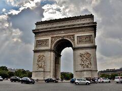 パリ8区、シャルル・ド・ゴール・エトワール広場の中心に建つ凱旋門。