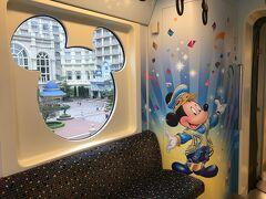 ディズニーリゾートライン(以下リゾラ)に乗ると、ちょうどハピエストセレブレーション・ライナーでした。  ミッキーとミッキーシェイプの窓をパチリ☆
