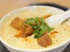 鹹豆漿(シェンドウジャン)30元  カリカリの揚げパンの入った豆乳スープです。時々パクチーの香りが鼻にくるのもまた良い。豆板醤で味を変えてもウマい!  ごちそうさまでした。