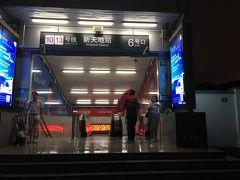 10号線の新天地駅に着きましたが、まだ雨が降っていました。