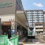 高山駅前の「高山濃飛バスセンター」  ここから上高地行きのバス(正確には平湯行き)に乗る。 ところが、ここに来るまでに想定外の事態が。 富山−高山はJRで移動するつもりだったが、7月の豪雨災害で一部区間が不通のまま。 こりゃマズイ!というわけで、前日の夜に慌てて高速バスを予約。 運良く直行バスがあったから良かったが、なければ途方に暮れる所だった。 そんなわけで前日夜からバタバタし、どうにかこうにか高山に到着したのである。 それで安心したから、と言うわけではないが、今度はスマホをここまで乗ってきたバスに置き忘れるという失態! バスセンターの係員に事情を説明すると、我々が乗る予定の平湯行バスの運転手が持ってきてくれることになった。 こうして間一髪、バスセンターと富山電鉄、濃飛バスの連携のおかげで事なきを得た。  いやはや、スタート直後から波乱の幕開け・・・