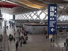 上海浦東空港到着。 国際線と国内線の出発カウンターが同じフロアという造り。  当然並んでるハズと思い早めに来たけど スタッフさんの誘導がテキパキとしていてスイスイでチェックイン。