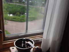 心配だった台風の影響もなく、どうやら今回の旅の目的の旭岳に日本で一番早い紅葉を見に行くことが出来そうです。  しかし、部屋でコーヒー豆を挽くっていうのはなかなか良いですねえ。