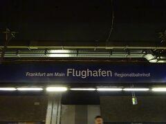 1回乗り換えてフランクフルト国際空港です。 スーツケースを乗せるカートは1ユーロかかります。 もうタダで使える時代ではないんですね。