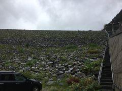 大町ダムから高瀬ダム(高瀬渓谷)方向へ進んだところにある 七倉ダム  ロックフィルダムといって、石を積み上げてできたダム  ダムの足元に駐車スペースがあり、そこから天端方向を見上げる  歩けば天端へいける階段がある