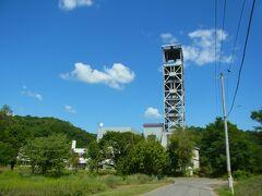 「三井砂川炭鉱中央立抗櫓」 1896年に上砂川地区で初めての炭鉱として開抗。北海道の三井系の炭鉱としては主力。1987年閉山。1991年 財団法人宇宙環境利用推進センターによる地下無重力実験センターが開設。2003年地下無重力実験センター閉鎖、第一立坑櫓撤去(中央立坑櫓は現存)。立抗櫓の再利用方法としては画期的だったと思うのですが。。。