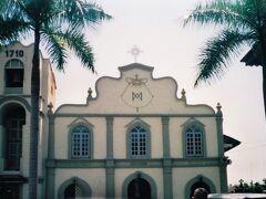 白い壁や印象的なセントピーター教会。1710年建立は東南アジアで最も古いとか