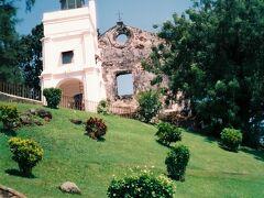 丘を登って今では廃墟となった1521年建設のセントポール教会へ
