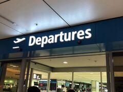 フライトは8時過ぎなので、メルボルンの時同様前日にコンシェルジュにお願いして大きいタクシーを呼んでおいてもらいました。  5時45分にはチェックアウトをしてホテルを出発し、20分ほどで空港へ到着しました。