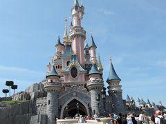パリのお城は眠れる森の美女の城。カリフォルニア、香港も眠れる森の美女の城ですが形がかなり異なり、シンデレラ城に近い形です。ヨーロッパらしいお城にしたかったためだそうです。