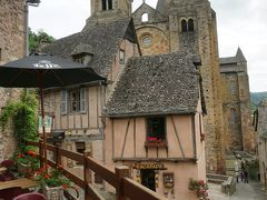 Auberge Saint-Jacques 2つ星ホテルのレストラン サント・フォワ教会が見えるテラス席もあります。