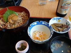 お昼をずいぶん過ぎてしまったので、縄文時遊館の中のレストラン、五千年の星で食事。  その名も「発掘丼」です。ご飯の中に、いろんな宝物が隠れているんです。