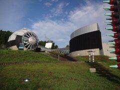 道の駅は丘の斜面に作られていて、丘の上にはガラス美術館が建っている。  宇宙基地のような建物に引き寄せられるが、当然ながらまだ開館前。