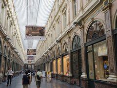 グランプラスの方へ歩いて移動します。 ヨーロッパで最も古いショッピングアーケードの1つギャルリー・サン・チュベールです。ここでツアーの方々と別れます。