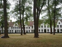 「ブルージュ歴史地区」として世界遺産登録されているブルージュは小さな街ですが、「フランドル地方のベギン会修道院群」と「ベルギーとフランスの鐘楼群」の他の二つの世界遺産があります。愛の湖を抜けると世界遺産のブルージュのベギン会修道院の敷地に入ります。