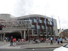 「スコットランド国会議事堂」  宮殿の向かい側にあり、とても斬新な建物。