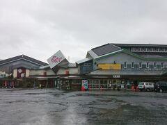 車で30分ほど走り、《道の駅 阿賀の里》に来ました。  運転中は降ってなかったのに、車を降りたとたん、また雨が。  妻「どうしちゃった?雨男に転職?(笑)」  うるさい。