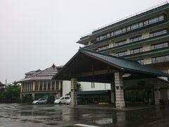 月岡わくわくファームから車で5分、本日宿泊する《白玉の湯 泉慶》に到着。  部屋数が100室を超える大型旅館です。