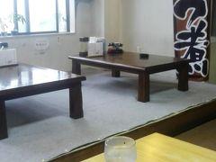 テーブル席へ お客さんは 他に一組 もつ煮気になる