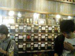 店内大混雑 500円で コイン5枚とおちょこをもらい 壁に100以上ある日本酒自販機に おちょこをセット コイン一枚で 一杯試飲できる仕組みです まずきゅうりを コイン一枚でもらいました  夫は大興奮で 試飲しまくりであっという間に コインが 無くなります  付き合わされた私は 日本酒はあまり飲みません 3杯試して あとは夫に譲ります