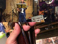 テーブルには三板という沖縄のカスタネットみたいな楽器が置いてあります。 ライブを聞きながらカチカチ。
