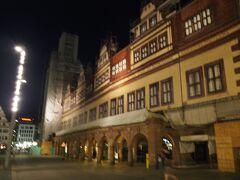 旧市庁舎の立つ広場もすぐそばだったけど、これが旧市庁舎だと、まだわかっていませんでした・泣 今思うと、人通りがまだあって、一番まだ明るかったこの方向へ行って、ホテルへ帰るべきでした。