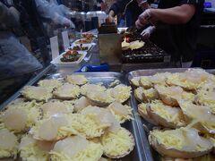 ホタテのチーズ焼き。行列に15分ほど並んで購入。