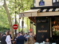 賑わうサンジェルマンデプレの街角。 パリの住所標識って本当にかわいい! ただの案内表示ではなく、ブランドロゴとしてパリの顔を務めてるのね。