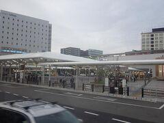 JR奈良駅前で定期観光バスを降りて。