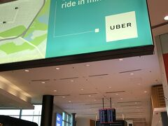 15:45、シドニーに到着。カンタス航空専用のターミナル3に到着です。 ハミルトン島の空港での待ち時間を利用して、UBERのアプリをダウンロードしたので、早速利用してみたかったのですが、Wi-Fiが繋がらずに断念。