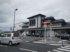 「大和路快速」で約30分。 「法隆寺駅」へ到着しました。 斑鳩の里へはJRが便利です。  雲はあるものの・・雨降ってない。良かった。
