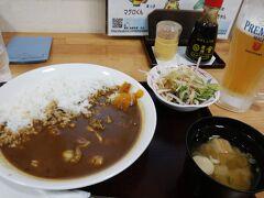 丼や昼食。 これからの食事を考えると和食よりは洋食系の方が良いかと....ということで、シーフードカレーと生ビール。