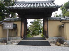 田園風景を走って・・法輪寺から法起寺へ。 南大門は現在閉鎖中で西門からの拝観です。 門を入ったところに駐輪させていただきました。 拝観料300円  門から三重塔が見えます。