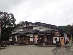 こちらは近くの「夢市茶屋 農村レストラン」 1階にはお土産店。2階にレストランがあります。