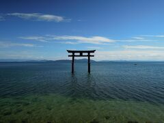 白髭神社  全国にある白鬚神社の総本宮です 湖上の鳥居の立つ場所は、昔は陸地で 琵琶湖の水位上昇で、現在の姿になったそうです
