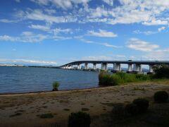琵琶湖大橋  琵琶湖を初めて横断し、湖の東と西を直結させた有料橋です 片道100円、往復して200円