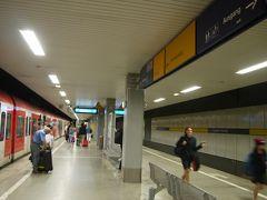 電車の中では寄付を迫られたりしてちょっと嫌な思いもしたけど10分ちょっとで無事デュッセルドルフ空港ターミナル駅到着。  この旅行記の続きは↓ https://4travel.jp/travelogue/11402545