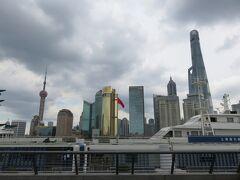 次に向かったのは、上海のシンボル的なビル群が見れるこの地域、パンフでは、ヨーロッパ調のレトロな建物と近代的なビル群が並ぶ上海屈指の観光エリア「外灘」散策。  写真は、川を挟んだ向こう側、近代的ビル群と上海タワー。