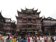 いよいよ最後の観光地「上海老街」「豫園商城」 同じエリアのようで、シンボル的な建物がどちらか不明ですが、印象に残った建物などを紹介します。  ここは、どうやら中心のようで、四方八方から人の流れがあり、常に満員状態です。手荷物には、十分注意を!