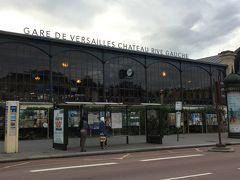 ☆Gare de Versaille charteau Rive Gauche☆  翌日はあさからベルサイユ宮殿へ  ベルサイユ宮殿  ルイ王朝の栄華を象徴する壮麗な王宮  メトロ8号Invaliedesg下車 PERC線で行き先コードVICK乗車31分(11駅)でGa  re de Versaille charteau Rive Gauche駅到着。  とにかく広いです。まず入場のためにかなり並びます。  入場チケットは日本でミュージアムパスを購入していきました。