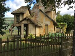 茅葺屋根の田舎家  庭園の一部を改装し、村里など素朴な田園風景を楽しんだマリーアントワネット。