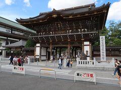 成田山「総門」です。  開基1070年の記念事業により、2008(平成19)年建立。荘厳な雰囲気の総門は、高さ15mの総欅造り。蟇股という欄間にあたる部分には十二支の木彫刻が施されています。また、楼上には八体の生まれ歳守り本尊が奉安されています。成田山の表玄関として、多くのご参詣者をお迎えしております。(説明文より)