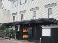 今日の宿泊先である「宿屋つばき」は、15室の小さな宿です。駅からも近く、すぐに見つけることができました。チェックイン時に夕食の時間を予約します。  棟方志功の定宿だった椿館の姉妹店だそうです。