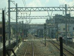 杉本町駅通過。この手前から地上に降りる。 この駅は、高架化される前の武蔵小金井駅みたい...