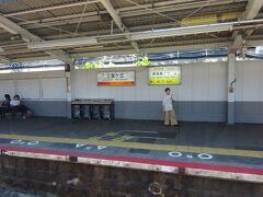 三国ヶ丘駅。 出口がホーム前方にあり、先頭車両が一気に空いた。