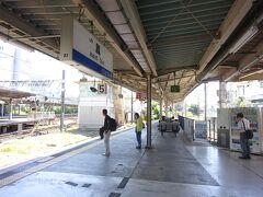 東羽衣支線のホーム。 阪和線の駅名標はオレンジ色が使われているが、なぜか東羽衣支線だけは青色。