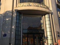 シャンゼリゼ通りのルイヴィトン本店です。  まだオープン前でした。